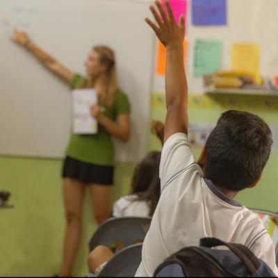 Voluntaria de Projects Abroad enseñando inglés en Galápagos